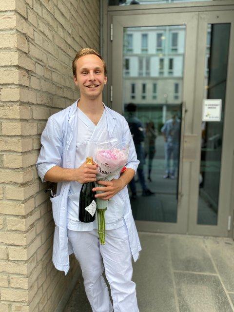 Kristoffer Klonteig (26) er ferdig med medisinstudiene. Fra høsten av venter en periode på 1,5 år med obligatorisk legespesialisering, før han omsider kan jobbe som en fullblods lege.