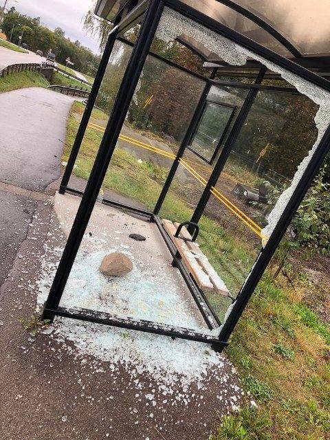 HÆRVERK: Glass overalt og en stein midt inne i busskuret.