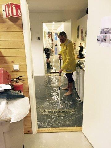 Vått inne: Det var mye overvann inne i bygningen. Foto: Torolf Stenersen