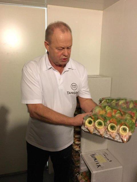 LAGER SNITTER: Her viser Bertil frem maten de lager.