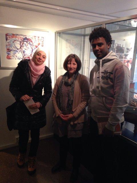 ELSKER JOBBEN: Clare Beech (i midten) forteller at hun trives godt i jobben på museet.
