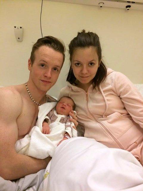 NYTTÅRSBARN I NYE SANDEFJORD: Dennis Løseth og Hilde Marita Sørvåg med Ella Sophie, som ble født på sykehuset i Tønsberg 1. januar kl. 07:32 .