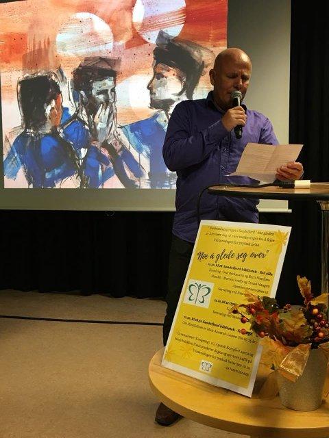 VANT IGEJN: Tore Knutsen er fjordårets vinner av Åpenhetsprisen o gi år fikk han gleden av å rpoe opp sine lagkammerater som vinnere. I bakgrunn ses maleriet fra kunstner Werena Wadell.