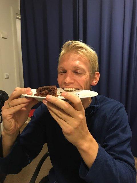 KAKEFEIRING: Alexander Gabrielsen legger opp etter sesongen og fikk hjemmelaget sjokoladekake av SF-Podden.