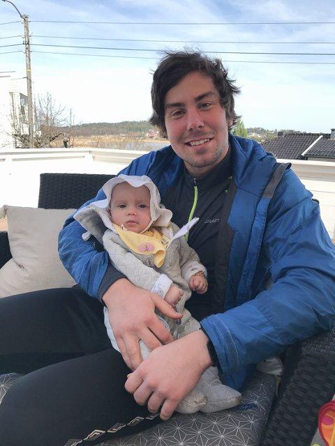 KOS HOS ONKEL: FK Tønsberg-keeper Tobias Midtlyng (20) er onkel til Florence Sofie Gylthe Kellgren fra Sandefjord. Han blir med på Hornindal rundt for å skape oppmerksomhet rundt fødselsmerker.