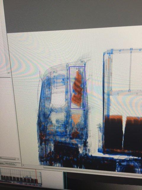 Da tollerne så dette på røntgen-bildet i den mobile skanneren, slo de alarm. Bildet viser at det er narkotika i førerhuset på traileren - og det er mye av den.