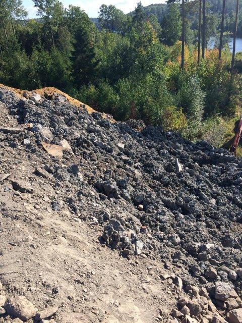 DEPONI: Masser er blitt tippet ved Askjemvannet det siste året. Bildet er tatt av en nabo i september i fjor.