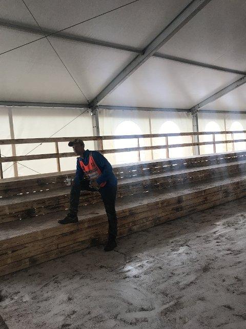 GRATIS: Etter en uke på festival skal disse tribunene bort. De må hentes i dag. Ellers så blir de kastet. Det er Vegard Tangvald som poserer foran en av tribunene.