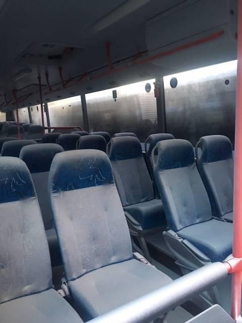 DEKKET AV PULVER: To av bussene til Tide var sprayet ned med pulver fra brannslukningsapparat mandag morgen.