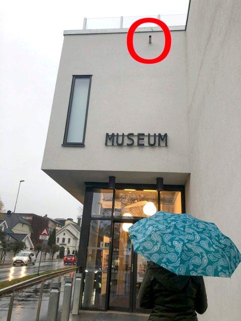 OVERLØP: Legg merke til dette røret (markert med rød ring), øverst i bilde.