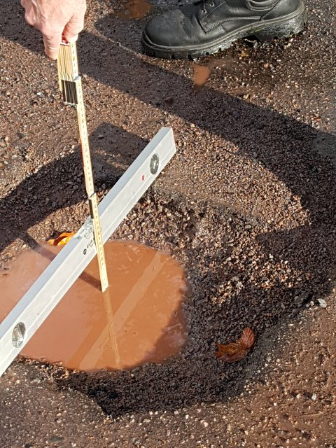 SLAGHULL: De kalles slaghull og oppstår som oftest i forbindelse med nedbør. Dette hullet i Skjeggerødveien kan gjøre stor skade på biler.