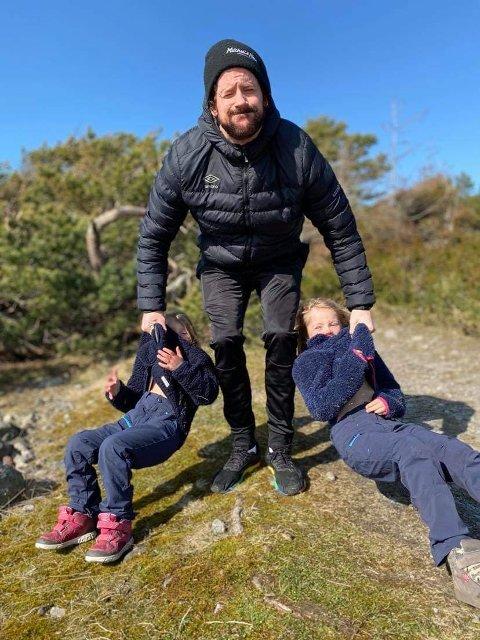 KREATIV: Kenny Ekman tuller litt med døtrene Evelyn og Isabella. Her får de prøve seg som treningsvekter for pappa. Kreativitet må til når all organisert trening er satt på vent.