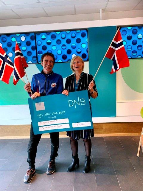 Sandefjord Orienteringsklubb jubler over pengegaven fra Sparebankstiftelsen DNB.