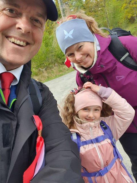 Thomas Mackinnon, Marianne Aasheim Mackinnon og Emily Mackinnon på tur på Flautangen på nasjonaldagen.