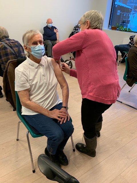 Eva Vetrhus får sin vaksinedose av Berit Pedersen.