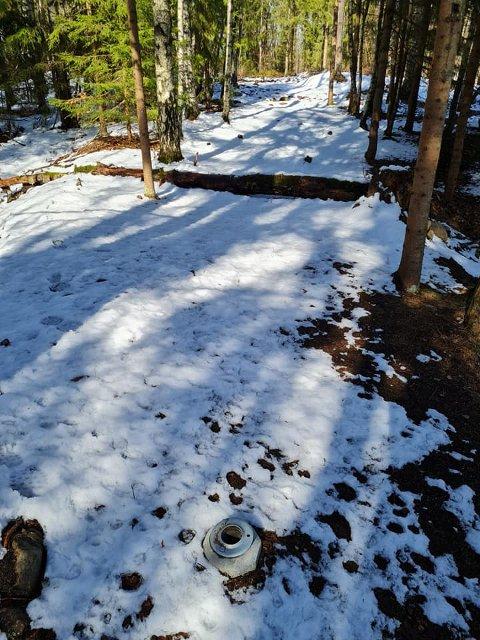 TYVERI: Kun fundamentet står igjen der kurv 17 og 18 var plassert på diskgolfbanen på Håsken.