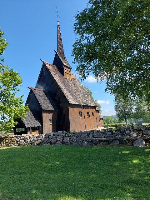 VANNSPRUT: Det  har oppstått en vannlekkasje inne i Høyjord stavkirke. På bildet ser man tydelig at vannspruten står ut fra kirkeveggen.