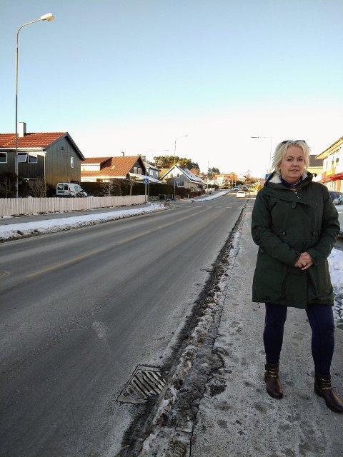 Grete Anvedsen opplever at bilister ikke respekterer fartsgrensen. Her står hun ved Øygardsveien.