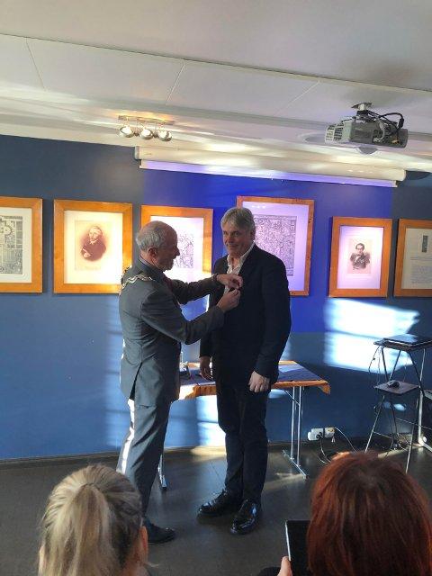Wilsemedaljør: Fylkesordfører Ole Haabeth (til venstre) delte ut Wilsemedaljen til Jon Larsen fra Hot Club de Norvège sist søndag.