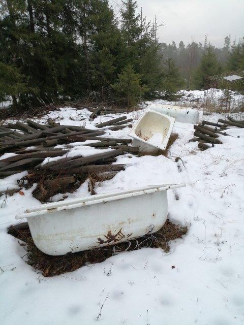BADEKAR: Noen har igjen dumpet søppel i Kalnesskogen.