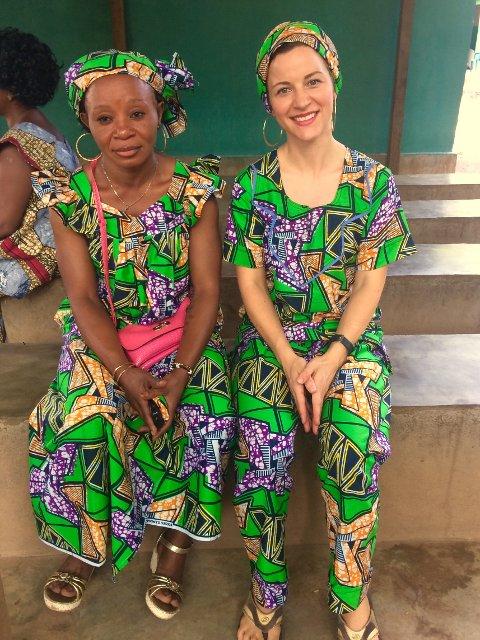 PÅ OPPDRAG: Zazie (til høyre) og en lokal sykepleier i sentralafrikanske klær, da de feiret Kvinnedagen.