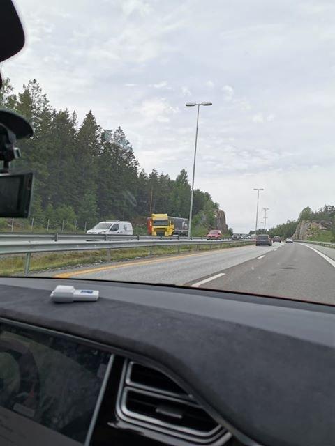 STANS: En lastebil har fått trøbbel på E6 ved pukkverket i Skjeberg.