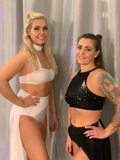 Startet konkurranse: Kristina Bau Hjelmark (til venstre) og Camilla Kerler-Günther tok en 2. plass i pole fitness-konkurranse. Foto: privat.
