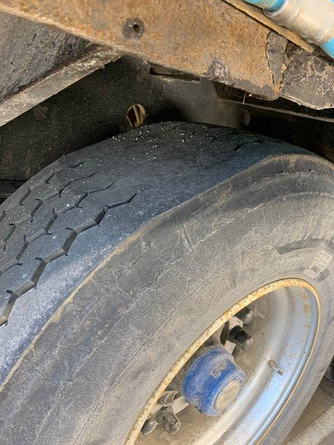 DÅRLIG DEKK: Igjen stoppet Statens vegvesen et vogntog med dårlig dekkutrustning. På Svinesund tirsdag ble dette vogntoget ilagt kjøreforbud grunnet et urundt dekk.