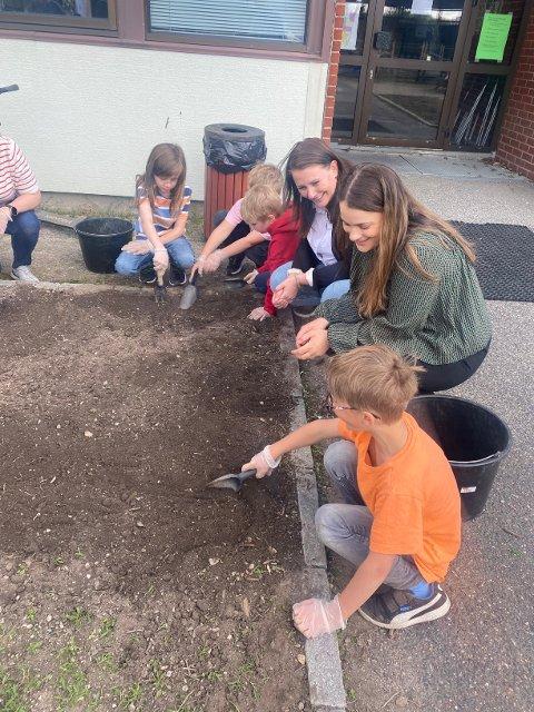 LYTTET: Therese Thorbjørnsen og Helene Winther Gjerløw fulgte ivrig med på at barna fortalte om skolehage-prosjektet.