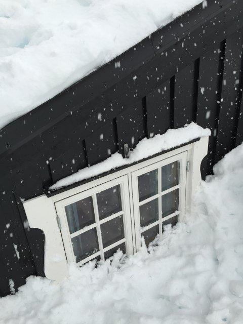 Ikke la snøen pakke seg foran vinduene.