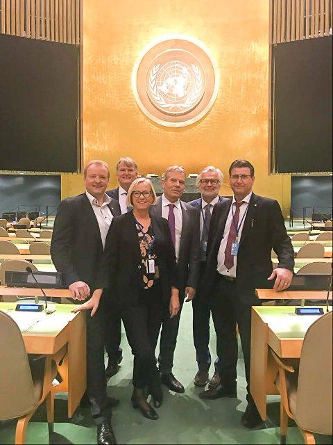 Her ser vi halvdelen av den norske stortingsdelasjonen til FNs 73. ordinære generalforsamling på plass i FN-hovedkvarteret i New York. Fra venstre: Terje Halleland (Frp), Ove Trellevik (H), Marit Arnstad (Sp), Arne Nævra (SV), Jon Gunnes (V) og Stein Erik Lauvås (Ap).