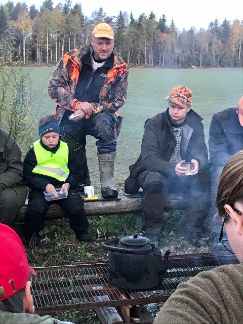 Jaktleder Jon Reinfjord ga instrukser før elgjakten startet lørdag morgen. Foto: Erik Unaas