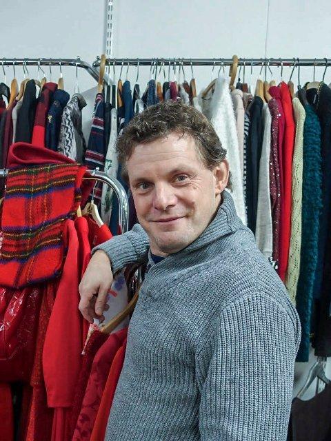 I BUTIKKEN: Kai Orbraaten på sin arbeidsplass; Samvirkelagets bruktbutikk på Ørje. FOTO: Kreativiteket