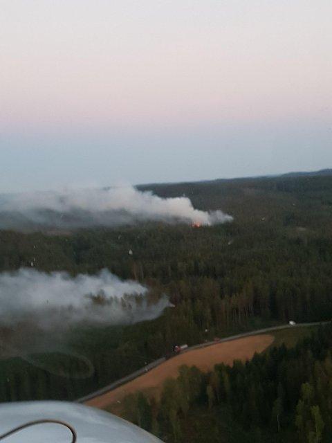Bildet fra skogbrannflyet viser at det torsdag kveld brenner fortsatt godt i Aremark.
