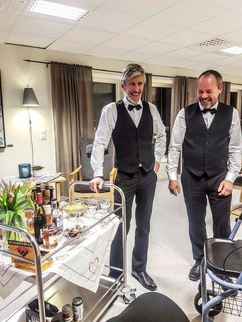 BARTENDERE: Andre Berger (t.v.) og Kjell Arne Krog har tatt på seg jobben som bartendere på helt frivillig og gratis basis. Begge stiller i sin beste puss. FOTO: Privat