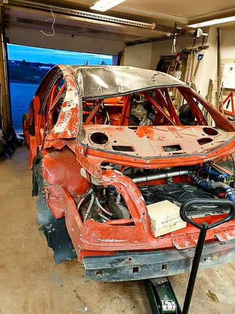 STORE SKADER: Det var store skader på Markus Johannessen sin Volvo S40 etter velten på Konsmo på Sørlandet 12. mai.