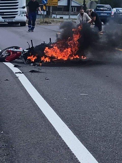 Motorsykkelen Askim-kvinnen kjørte står i fyr og flamme.