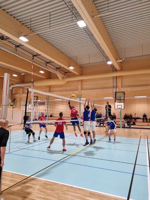 Seier: Snåsas herrelag i 2.divisjon volleyball tok lørdag to strake seiere på hjemmebane i den nye Snåsahallen.