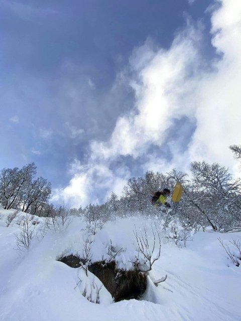 GODE FORHOLD: Ein skikkeleg snødump i løpet av helga har gitt gode forhold i Sogndalsdalen. Her er Henrik Ulleland i svevet. (Foto: Asbjørn Eggebø Næss)