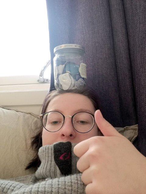 MINDRE PLAST: Frieda Hagemeister forsøkte å få redusert plastsøppelet slik at det fekk plass i eit lite syltetøyglas. (Foto: Frieda Hagemeister)