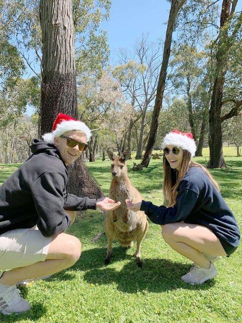 SOMMARLEG: Kristian Fardal Opseth ønskjer alle ei god jul frå Australia. (Foto: Privat)