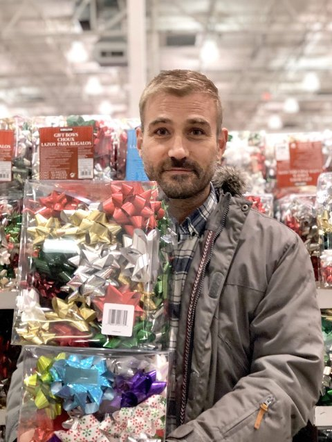 PÅ JULEMARKNAD: Vidar Brekke shoppar på julemarknad i desember. (Foto: Privat)