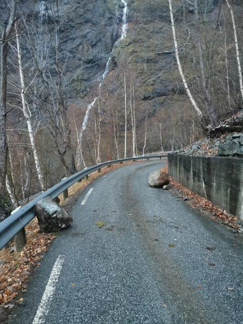 LOSNA: Desse steinane losna frå ein jordskrent og kom ned mellom svingane opp til gardane i Skjerdal.