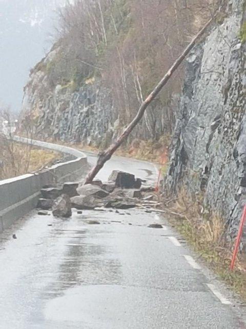 RAS: Det har gått eit steinras på fv. 5600 ved Eitreneset, på vegen mellom Vikøyri og Arnafjord.