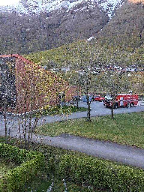 ALARMEN GJEKK: Laurdag morgon rykte brannvesen ut etter melding om brann på Årdal vidaregåande skule.