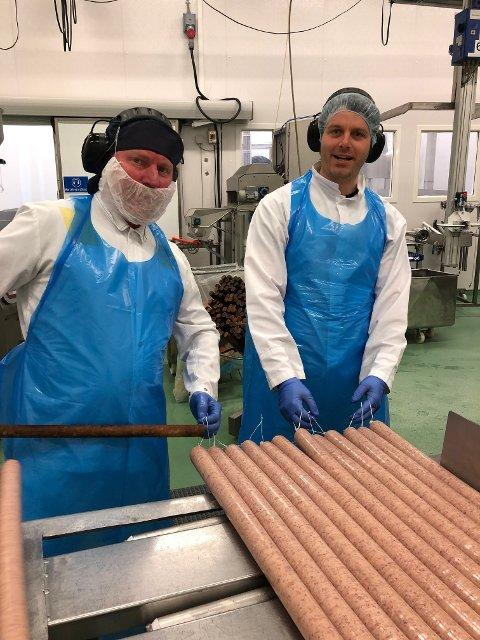 FULL PRODUKSJON: Olav Asle Øvstetun (t.v.) og Magnus Grøteig er operatørar i produksjonsavdelinga på Nortura Sogndal.