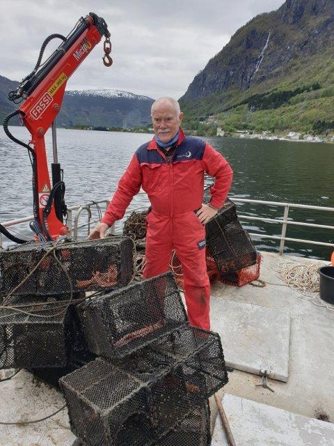 BERGA TEINER: Peter Hovgaard drog opp teiner som sat fast i eit anker på fjordbotnen.