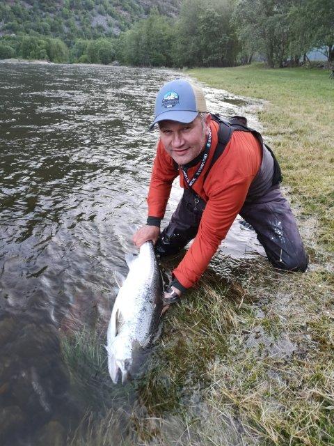FØRSTE: Robert Offerdal tok årets første laks i Lærdalselva.