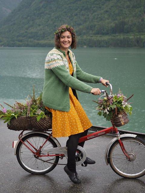 STRÅLTE: Karianne Bøyum Fykse (37) stakk av med pris i tre kategoriar under veteran-trøsykkel-treffet i Fjærland.