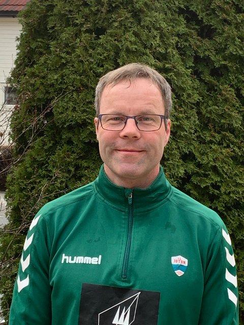 NØGD: Per Inge Bale, leiar i friidrettsgruppa i IL Jotun, er glad for at Noregs friidrettsforbund tek opp kampen mot å leggja kunstgras på Jotun stadion.